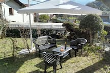 Un angolo del giardino con veranda privata/A corner of the garden with private veranda