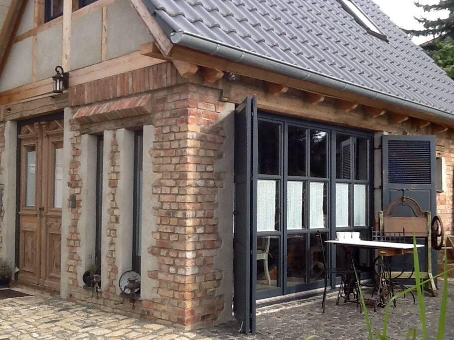 Aussenansicht, kleines freistehendes Haus mit Terrasse