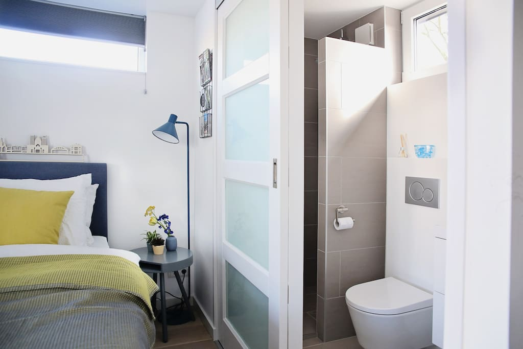 En suite private badroom (shower, sink and toilet)