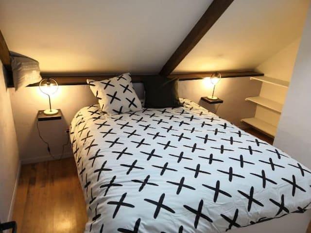 2ème chambre( d'environ 9m2) avec un lit double