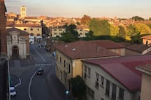 Vista dalla camera da cui si può apprezzare l'inizio della zona pedonale da Porta Paola e la vicina torre del Duomo di Ferrara, centro storico della città