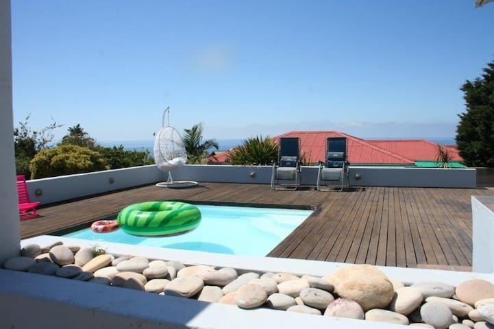 Seaview from all windows! Relax in pool & Jacuzzi