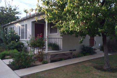 Cozy Vintage Near Downtown - Bakersfield - Departamento