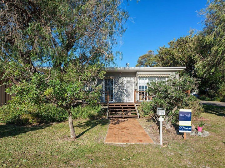 'The Croft' 11 Boulder Bay Rd - Cosy Beach House with Aircon & only 270m to the Beach