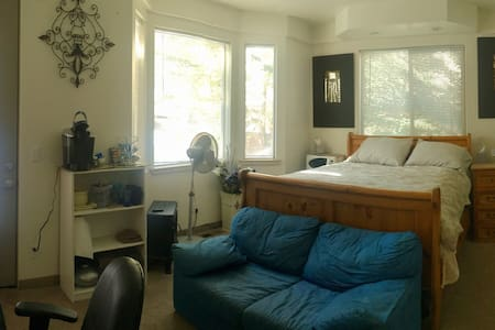 Two rooms one block from the Lake! - Саут-Лейк Тахо - Дом