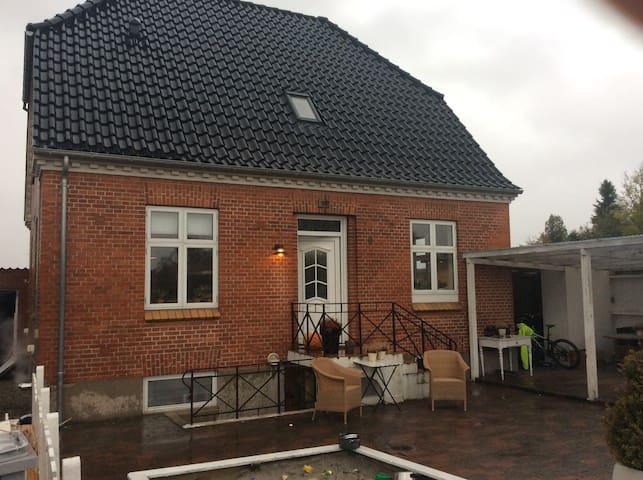 Skønt hus centralt i Danmark, tæt på alt - Nørre Aaby - Casa