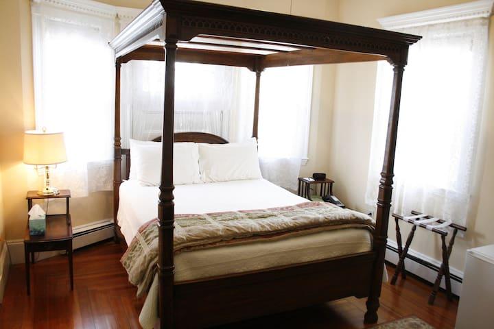 Clean queen room in cool Coolidge Corner