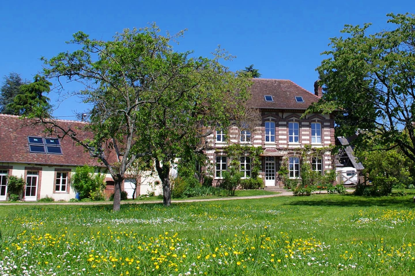 Come have a relaxing stay in a working sheep farm in picturesque French countryside yet only an hour from the capitol.
