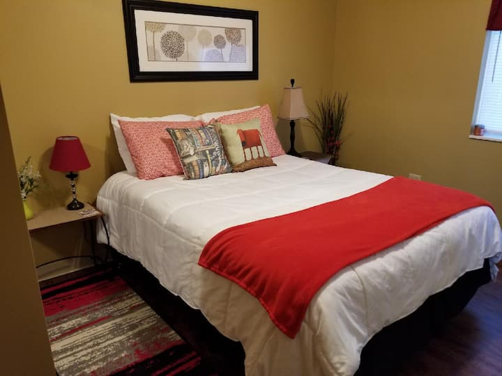 1 bed suite 5 min walk downtown, 10 seconds to MU