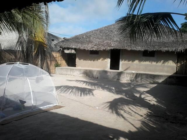 Casa Malaika. Casa de construcción tradicional. Bambú, piedras, conchas, barro y hoja de coquero.