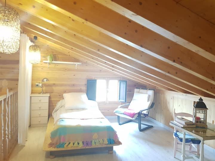 Buhardilla acogedora en casa de madera