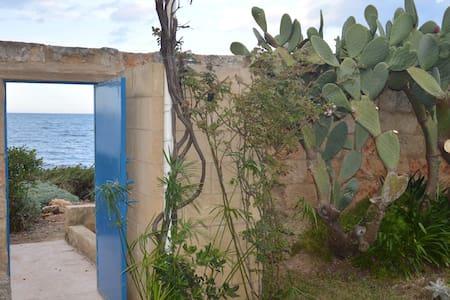 Il Rifugio dello Scoglio, direttamente sul mare - Huvila