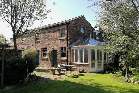 Private coach house in quiet conservation area