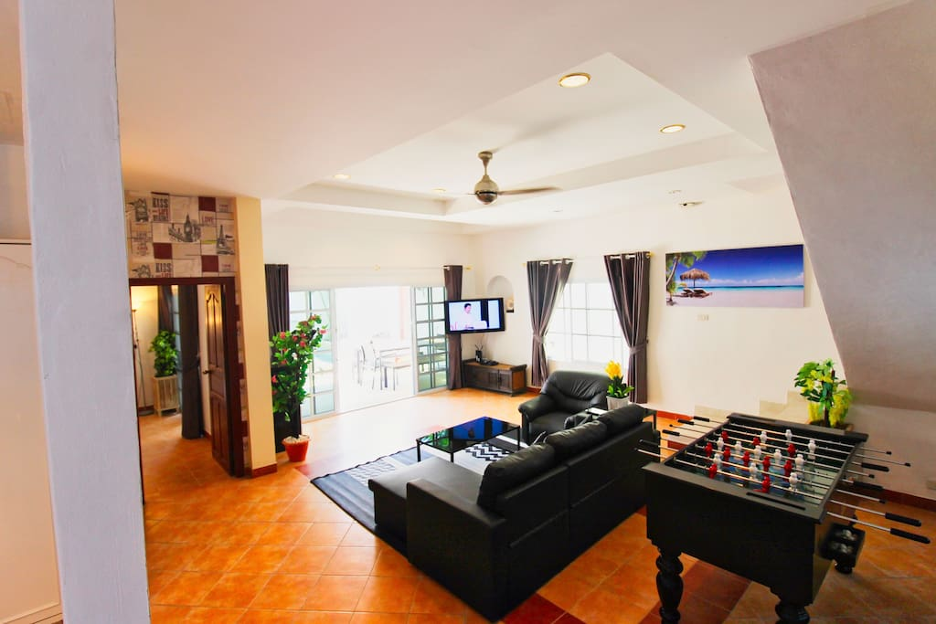 Spacious living room with TV and Multimedia