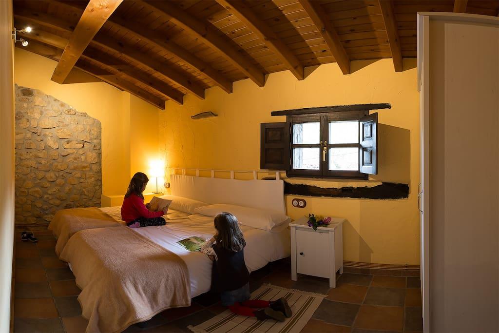 habitacion amarilla dos camas 1.05