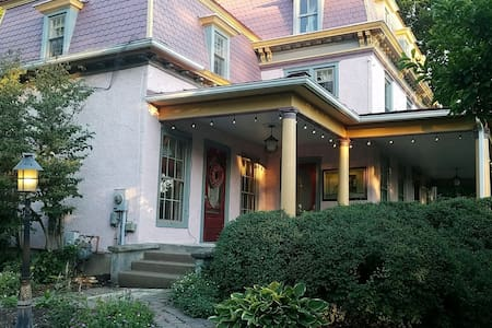 Historic Victorian on Keuka, 2 private rooms/baths
