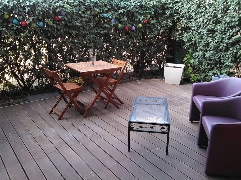 Terrasse plein sud équipé d'une plancha idéal pour les apéritifs et les soirées d'été