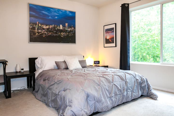 Private Master W/ bathroom 10 mins from downtown