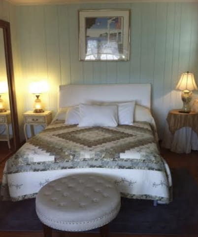 """The Americana Room"" At Twin Magnolia Plantation - Bon Aqua - Bed & Breakfast"