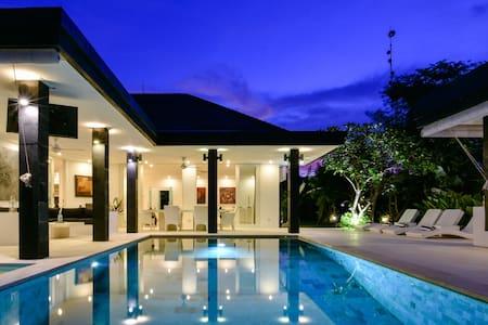 Beautiful & Private Luxury Villa w/ superb views