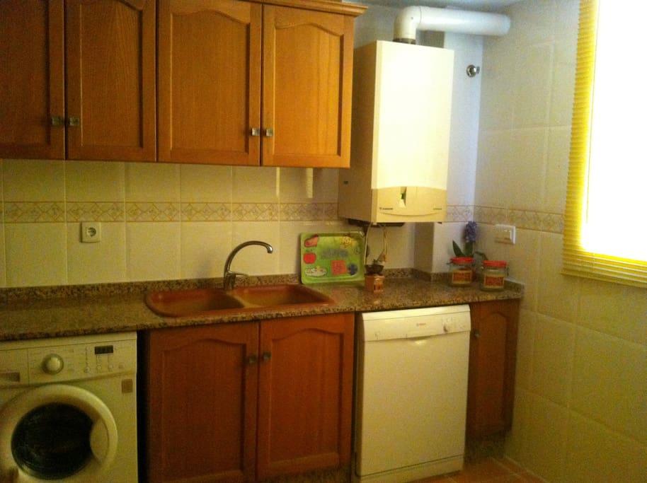 Cocina con lavadora, lavavajillas, microondas, frigorífico. Primera planta