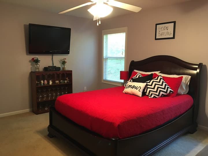 Large Room minutes to Epps Bridge Pkwy in Athens