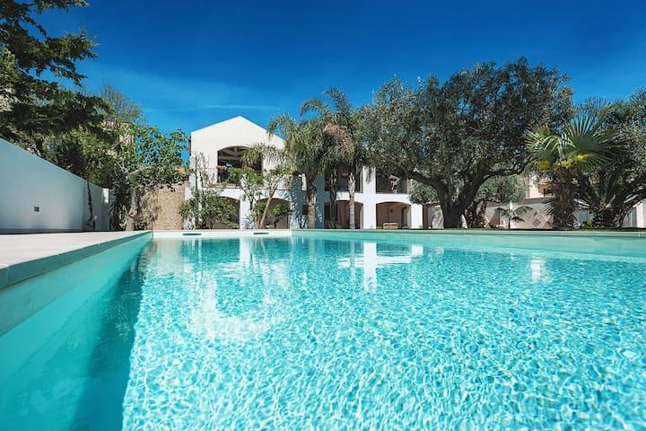 Elegante apartamento en una villa con piscina y jardín, a pocos km del mar