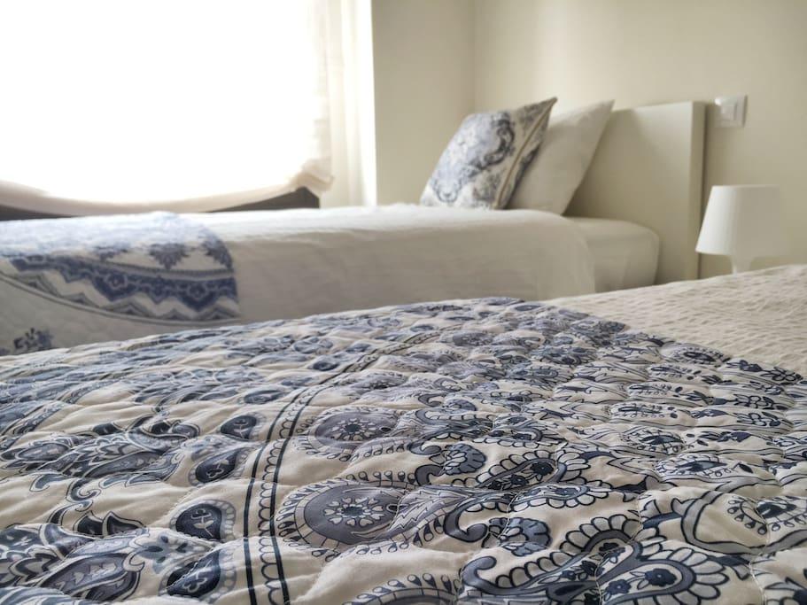 Dormitorio con dos camas de 90cm, con colchones nuevos de viscoelástica de 35cm de alto. Armario empotrado.