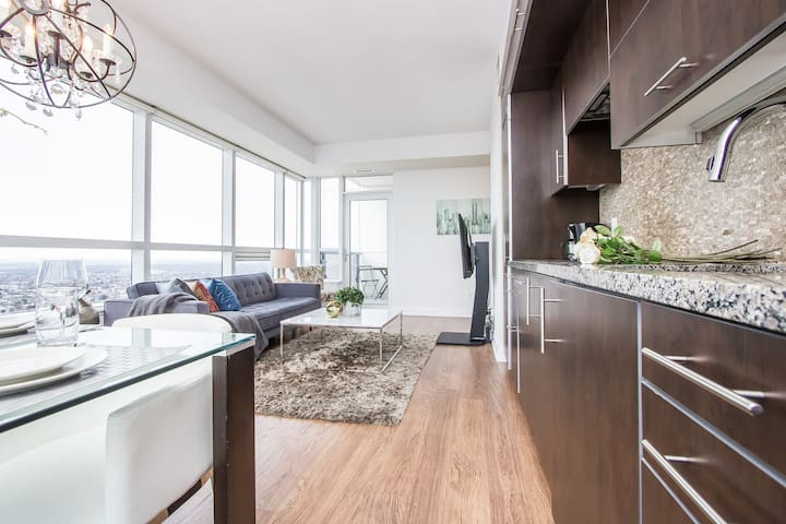 ☆☆Elegant & Bright Unit, Amazing View + Parking~