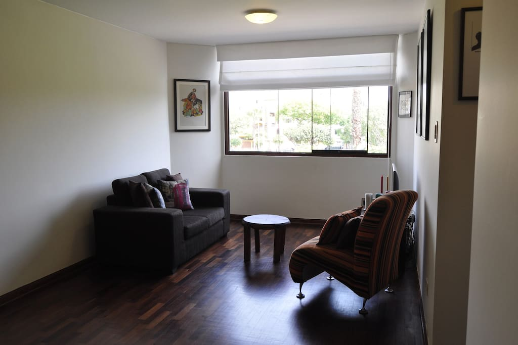 One bedroom flat with lots of natural light in a quiet residential area overlooking a park. Close to local shops and market with two large supermarkets nearby. Excellent transport links to other districts - 25 minutes to Miraflores or Barranco. Accommodation consists of living/dining room, large bedroom with queen size bed, fitted kitchen and bathroom. Perfect for couples or single travelers who wants the true Lima experience.
