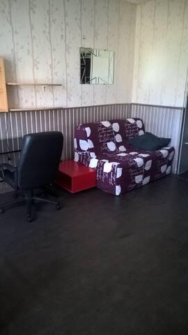 Studio terrasse indépendant dans maison : avril