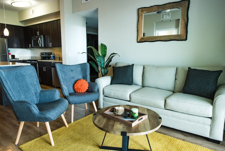 Resort Style 2 BED/2 BA: free parking, pool & gym