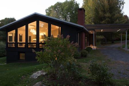 Modern spacious luxury in the peaceful Berkshires - Hillsdale - House