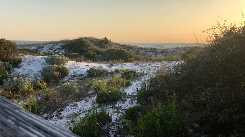 """Seagulls By the Sea"" - 13 min walk to beach, WIFI"