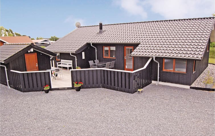 Holiday cottage with 3 bedrooms on 90 m² in Bjert
