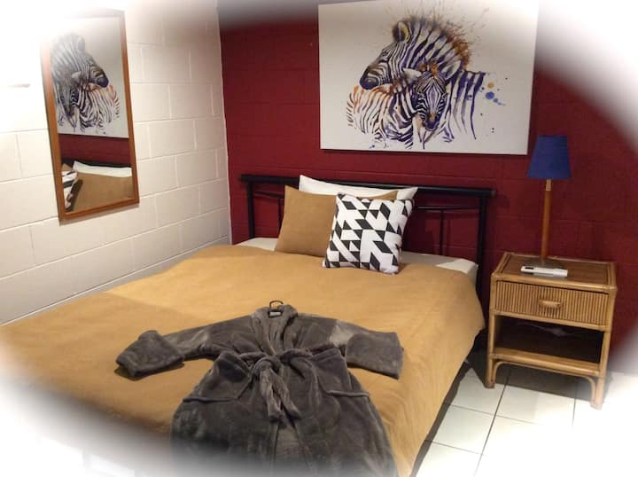 PaDee's Palace Room 3 - clean quiet safe friendly