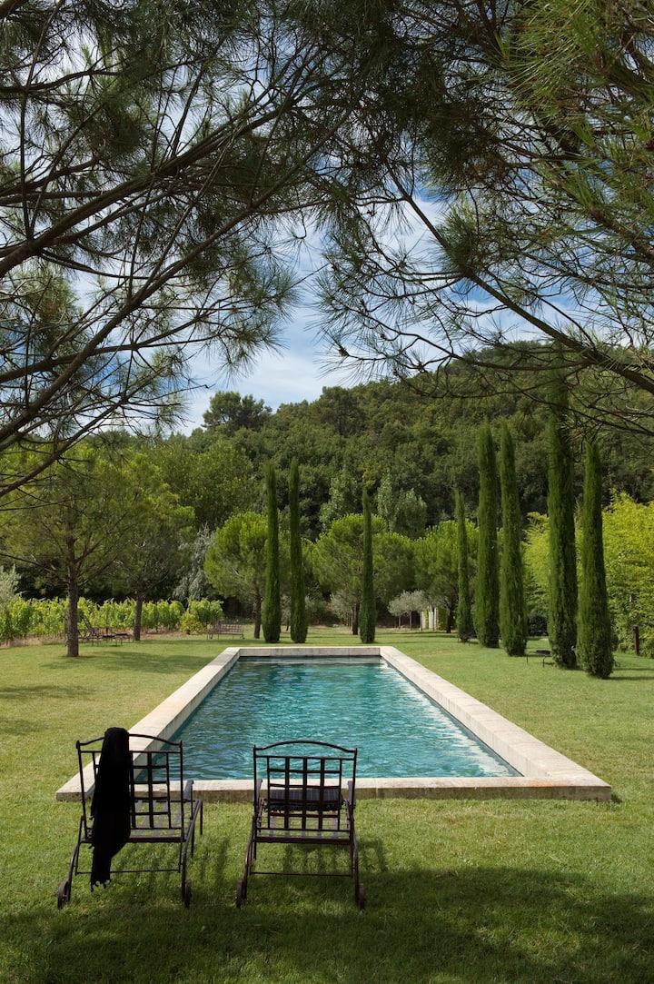 Parfaite retraite, très grande piscine chauffée.