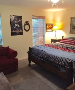Very spacious bedroom with a King bed! - Dayton - Casa