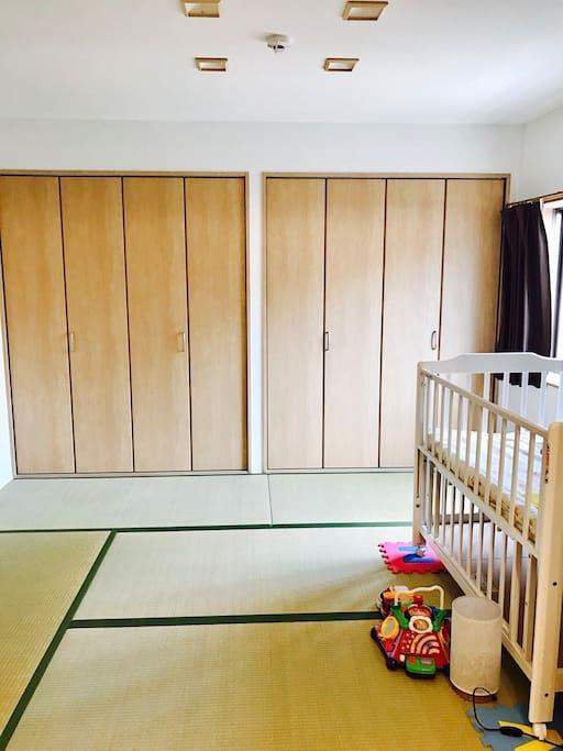 一室是榻榻米房间 可以住四个人 如需要婴儿床也可以提供