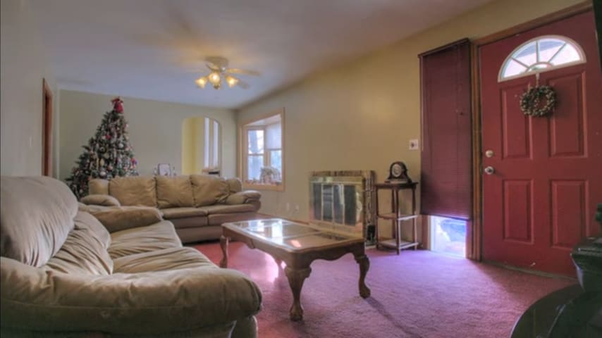 Charming 4 Bed/2.5 Bath Nearby Omaha Attractions - Bellevue
