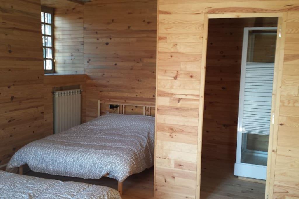 3 lits, quatre place dans la chambre Renard, et une salle de douche (wc dans le couloir)