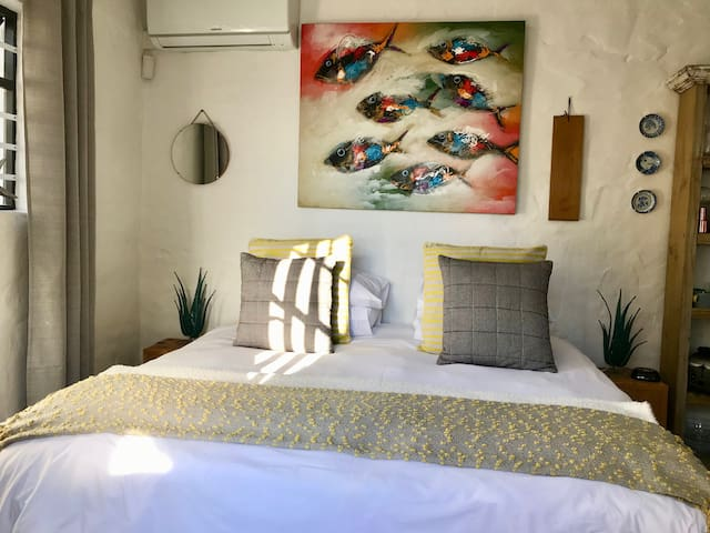 Funky, clean and bright studio apartment with kitchenette and en suite bathroom