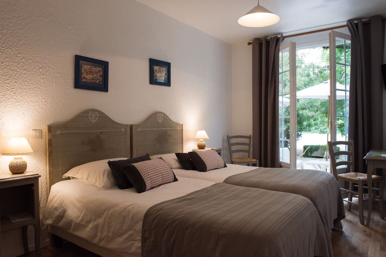 Chambre à deux lits en rez de jardin avec terrasse
