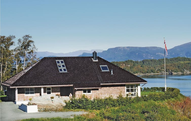 Holiday cottage with 3 bedrooms on 168 m² in Lundegrend