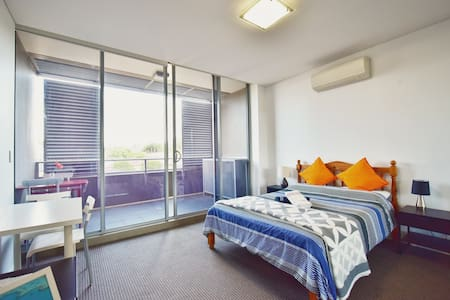 Spacious Private Master Room near CBD/Airport