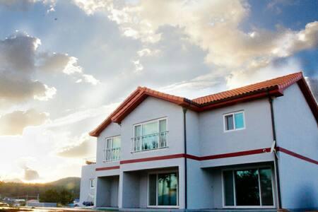 율하우스 : 태안에 위치한 바다 앞 신축펜션 (1.5룸형, 거실 + 방1) - 태안군 - House