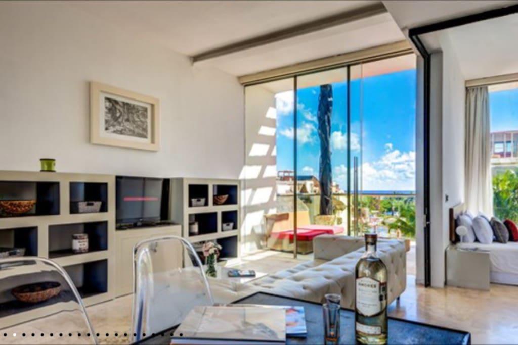 Lounge facing the ocean