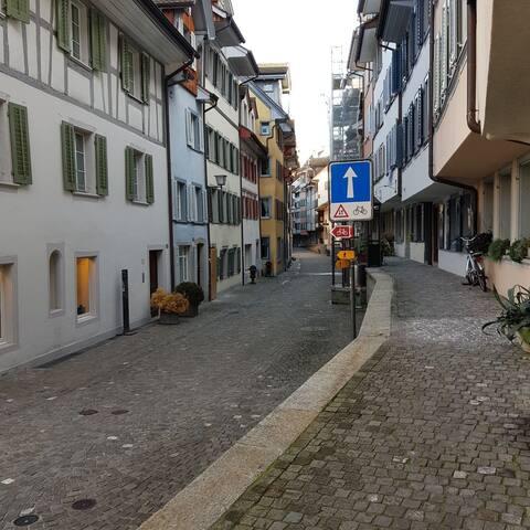 Parterrezimmer in der schmucken Zuger Altstadt