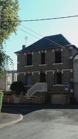 Le T1 se situe côté jardin, sous la terrasse du 1er niveau de cette maison années 40 en brasier typique.