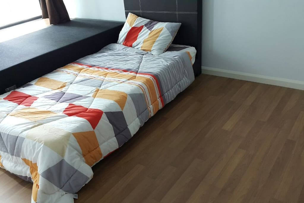 Medium room with single bed,can be converted to queenbed. FOC